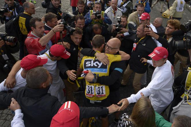 Christopher Froome, félicité par Brailsford après son deuxième succès sur le Tour de France en 2015.