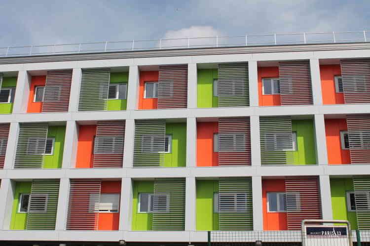 Cette résidence réalisée avec des modules comprend : salle de sport, salle de musique, des salles de travail collectif ou individuel, un lieu de vie et de détente ainsi qu'un jardin arboré.
