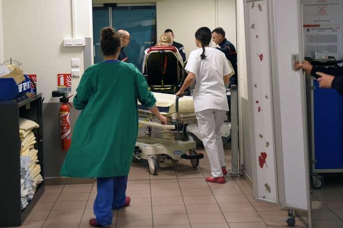 Aux urgences de l'hôpital de Tours, le 12 janvier.