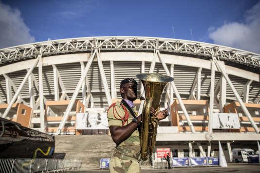 Un membre de la fanfare militaire du Gabon devant le stade d'Angondjé, ou stade de l'Amitié sino-gabonaise, à Libreville.