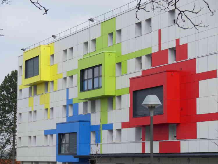Cette résidence amiénoise a été entièrement rénovée en 2014/2015. Deux cent quatorze logements sont situés dans les «boîtes» de couleur qui animent la façade et s'inspirent du pixel art.