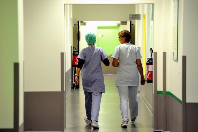 Des infirmières marchent dans un couloir de l'hôpital de Lens.