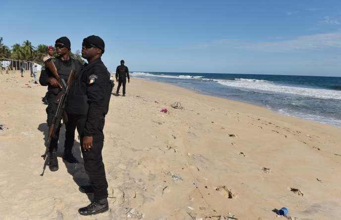 Des policiers ivoiriens sur la plage de Grand-Bassam après l'attaque djihadiste, le 15 mars 2016.