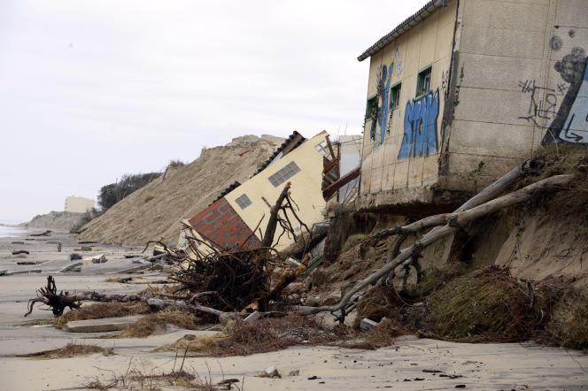 A Soulac-sur-Mer (Gironde), les vagues ont détruit le bâtiment du club de surf local, le 6 janvier 2014.