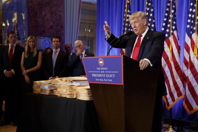 Donald Trump entouré de sa famille et du vice-président élu, Mike Pence, lors de sa conférence de presse à New York le 11 janvier.