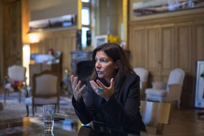La maire de Paris, Anne Hidalgo, le 11 janvier 2017 dans son bureau de l'hôtel de ville.