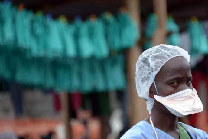 En 2014, lors de l'épidémie d'Ebola, un membre du personnel soignant à l'hôpital de Monrovia, au Liberia.