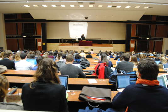 Des étudiants de licence en amphi à l'université Paris-II-Panthéon-Assas.