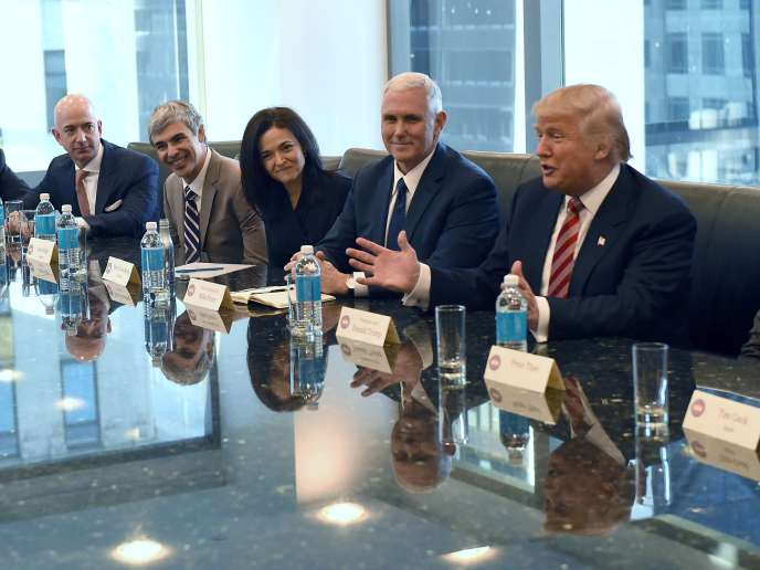 Donald Trump reçoit des patrons de la Silicon Valley, à la Trump Tower (New York) en décembre 2016.