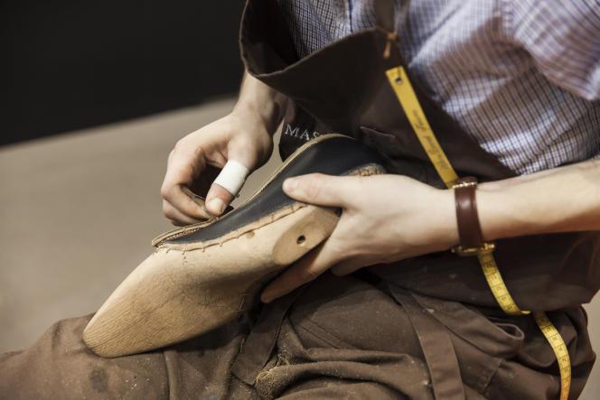 Un apprenti bottier au standdes métiers du cuir, lors du Salon européende l'éducation,en décembre 2016.