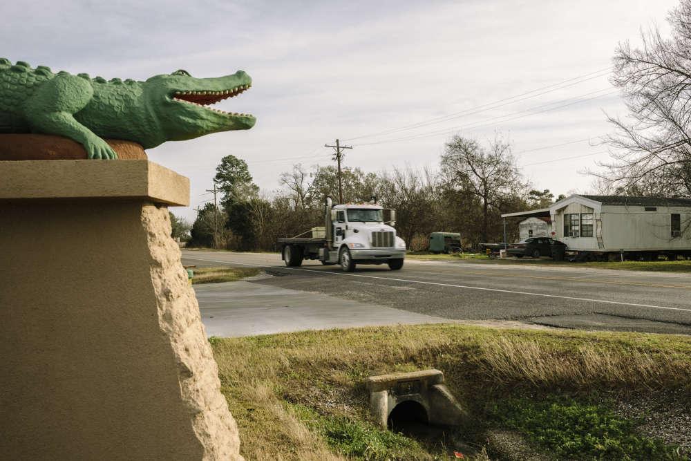 Sur la route principale de Hackberry, l'une des quatre petites villes du comté.