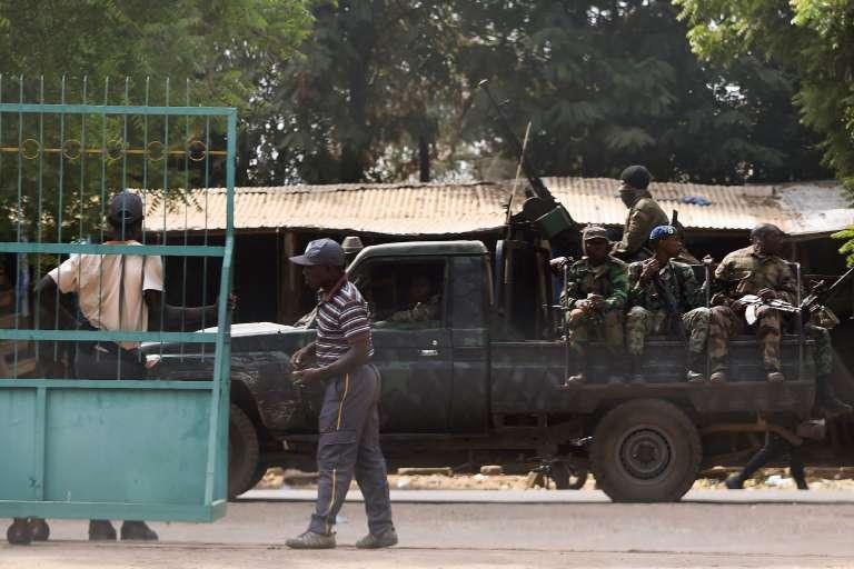 Des soldats mutins en déplacement dans les rues de Bouaké, le 13 janvier 2017.