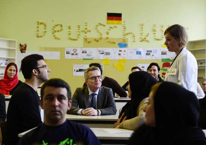 Le ministre allemand de l'intérieur,Thomas de Maiziere, lors d'unevisite d'une classe d'orientation à l'intention deréfugiés, le 11 novembre à Berlin.