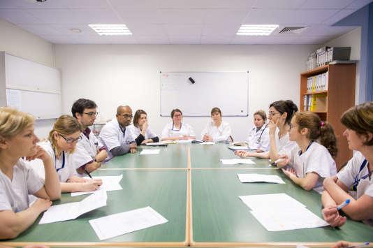 Réunion du « petit staff» au CHU Bretonneau de Tours dans le service d'onco-hématologie et thérapie cellulaire du Professeur Emmanuel Gyan. Les aide-soignantes, infirmières et médecins échangent à ce moment sur les patients.