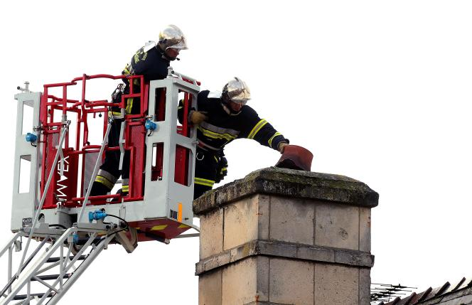 Des pompiers réparent une cheminée, le 13 janvier à Soissons.
