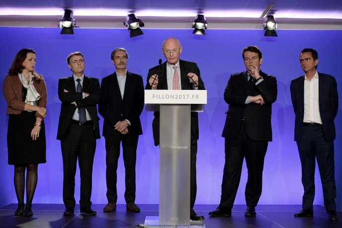 Patrick Stefanini, entouré de membres de l'équipe de François Fillon, le 13 janvier, au quartier général du candidat.