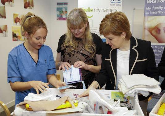 La première ministre écossaise, Nicola Sturgeon, distribue les premières« baby boxes » dans une maternité écossaise, le 1er janvier 2017.