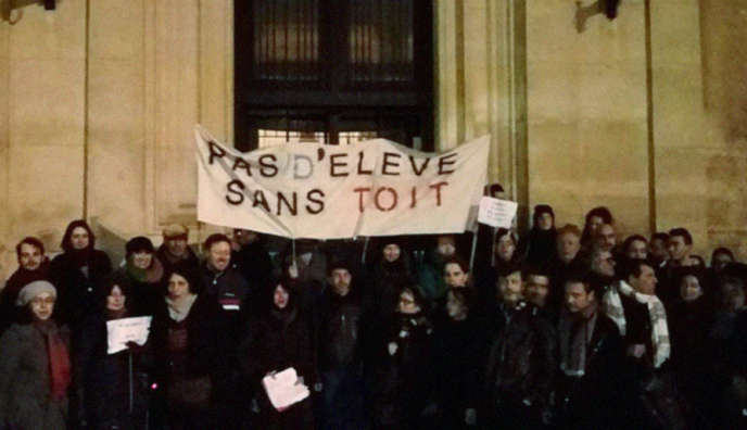 Pendant le rassemblement organisé devant la mairie de Saint-Ouen (Seine-Saint-Denis), en soutien aux élèves du lycée Auguste Blanqui qui sont sans domicile, le 12 janvier.