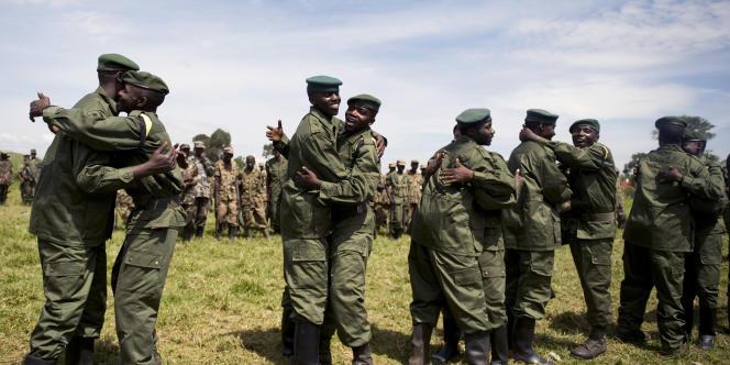 Des soldats congolais et des combattants du mouvement rebelle du CNDP, lors d'une cérémonie d'intégration de ces derniers dans les rangs de l'armée nationale, en 2009.