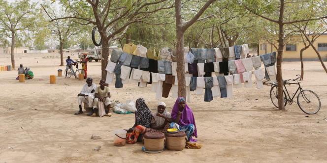 Des femmes vendent de la nourriture à Kerawa, au Cameroun, le 16 mars 2016. A la frontière avec le Nigeria, cette localité est régulièrement la cible d'attaques de la secte islamiste Boko Haram.