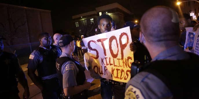 A Chicago, des manifestants protestent contre les violences policières qu'ils jugent responsables de la mort de Paul O'Neal, tué le 28 juillet 2016, alors qu'il n'était pas armé.