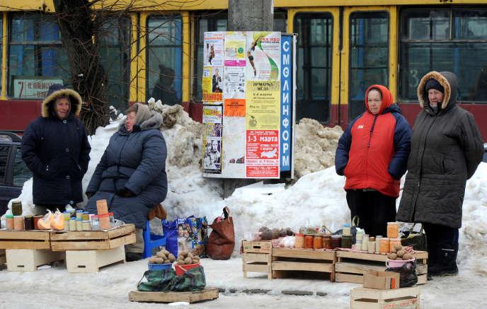 Des vendeurs ambulants dans les rues de Smolensk, en 2012.