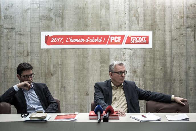Le secrétaire national du PCF Pierre Laurent (à droite) et son porte-parole, Olivier Dartigolles, au siège du parti, à Paris, le 1er décembre 2016.