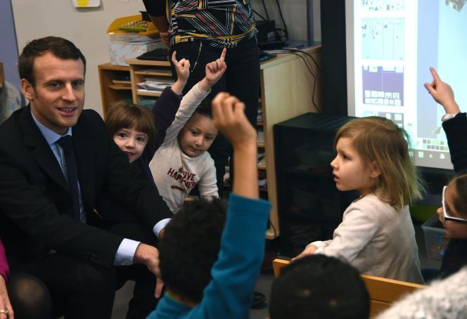 Emmanuel Macron, dans une classe d'Hellemmes (Nord), le 14 janvier.