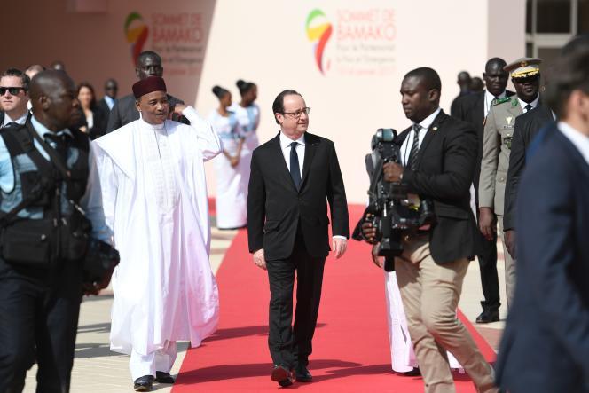 Mahamadou Issoufou, le président du Niger, et François Hollande, le président français, à Bamako, le 14 janvier 2017.