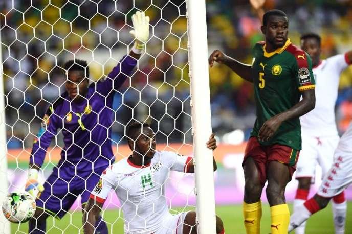 Le défenseur burkinabé Issoufou Dayo (au centre) égalise à la 75e minute face aux Camerounais, le 14 janvier à Libreville, au Gabon.