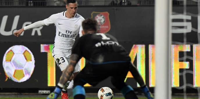 Le nouvel attaquant du PSG, Julian Draxler face au gardien rennais Benoît Costil (, le 14 janvier au Roazhon Park de Rennes.