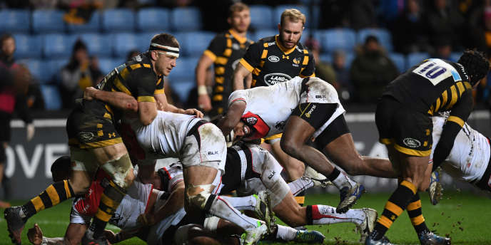 Le Fidgien de Toulouse Semi Kutanami (au centre) pousse le pack des Wasps, le 14janvier au Ricoh Arena de Coventry.