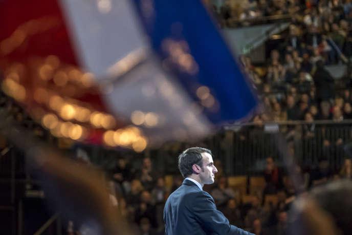 « Au-delà des parcours politiques qui enracinent François Fillon et Emmanuel Macron à la droite ou à la gauche de l'échiquier politique, ces deux personnalités ont mis la valorisation de la dynamique entrepreneuriale au cœur de leur projet pour la France ». (Photo : Emmanuel Macron, candidat à la présidentielle 2017, participe à un meeting de campagne à Lille (Nord), le samedi 14 janvier).