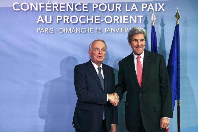 Le ministre des affaires étrangères français, Jean-Marc Ayrault, et son homologue américain, John Kerry, le 15 janvier à Paris.