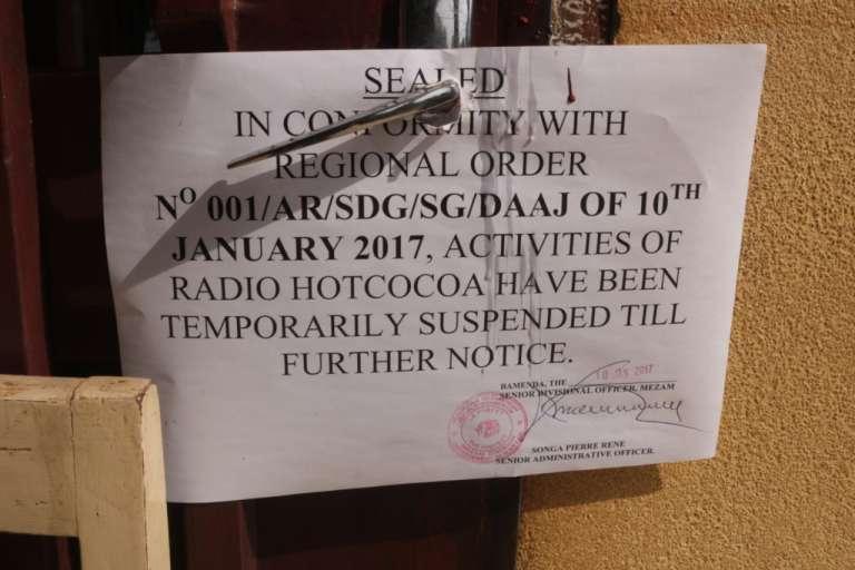La note annonçant la fermeture de la radio Hot Cocoa, l'une des radios les plus suivies de la ville de Bamenda, dans la région anglophone du Cameroun de Nord-Ouest, le 15 janvier 2017.