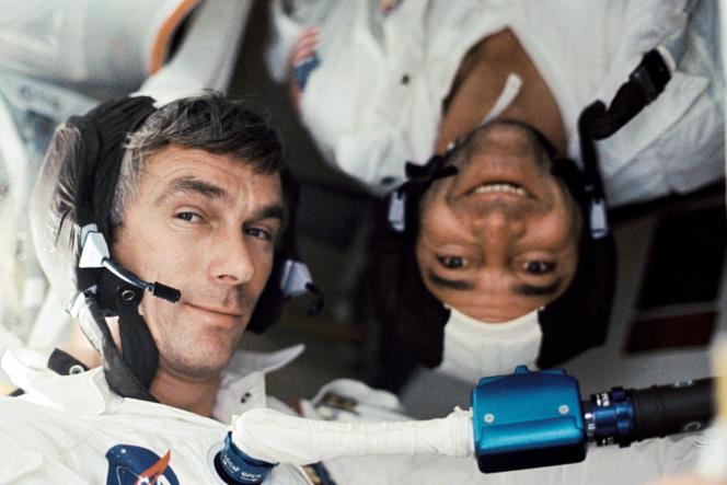 En 1972, les astronautes Eugene A. Cernan (à gauche) et Ronald E. Evans, à bord du vaisseau spatial Apollo 17 lors de la mission d'atterrissage.
