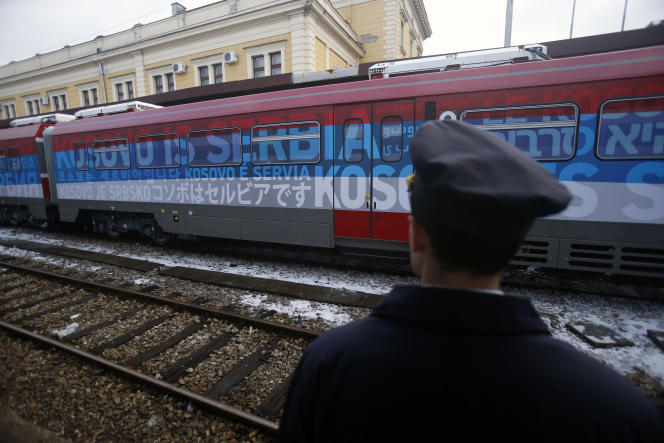 Belgrade a décidé de couvrir le train de messages proclamant dans 21langues différentes «Le Kosovo est serbe» et de dessins représentant des icônes orthodoxes. Une provocation pour Pristina.