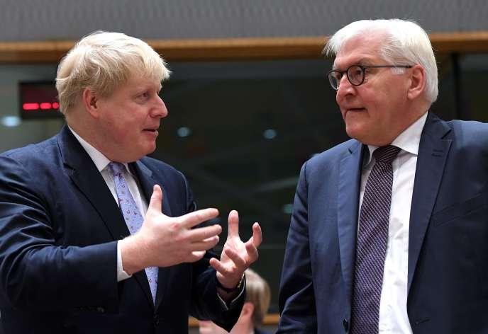 Le ministre britannique des affaires étrangères, Boris Johnson, et son homologue allemand, Frank-Walter Steinmeier, lors du conseil des ministres des affaires étrangères, le 16 janvier 2017 à Bruxelles.