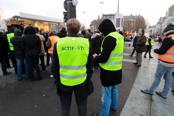 Rassemblement de chauffeurs de VTC devant l'Opéra Bastille, lundi 16 janvier.