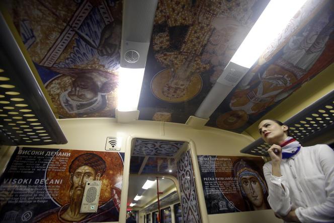 A l'intérieur du train,des dessins représentant des icônes orthodoxes.