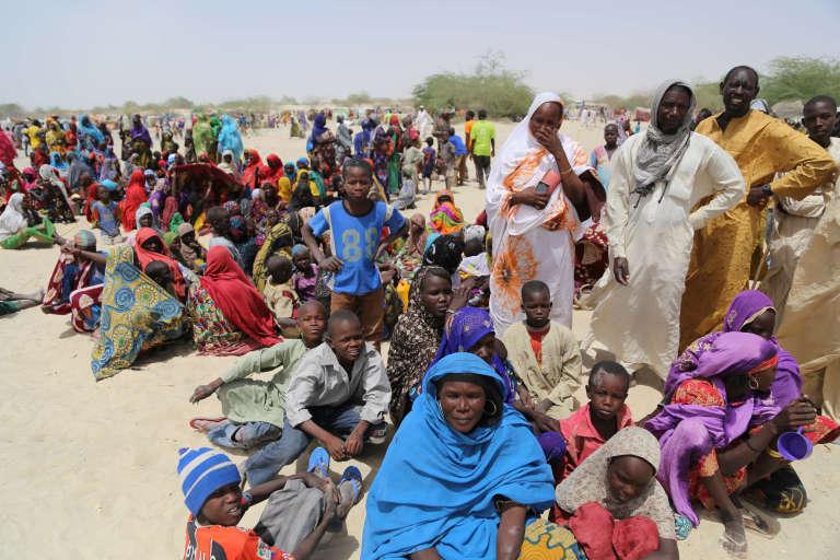 Des Nigérians fuyant une île du lac Tchad par crainte de violences de Boko Haram.