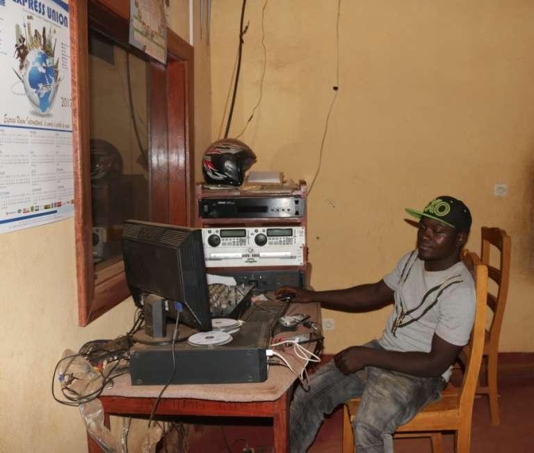 Le seul technicien de Jakiri FM. Cette radio communautaire, basée dans la région anglophone du Nord-Ouest, a été fermée pendant plus de vingt-quatre heures début janvier 2017.