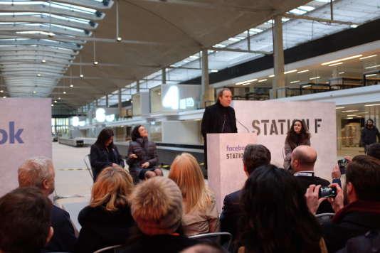 Anne Hidalgo, maire de Paris, Sheryl Sandberg, directrice des opérations de Facebook, Xavier Niel, patron de Free, et Roxanne Varza, directrice de Station F, à la halle Freyssinet, dans le XIIIe arrondissement de Paris, le 17 janvier.