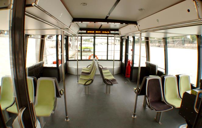 Vue prise le 28 juin 2008 de l'intérieur d'une navette sur Seine Voguéo, lors de l'inauguration de ce nouveau mode de transport. Ce service public fluvial relie la gare d'Austerlitz à l'école vétérinaire de Maisons-Alfort.