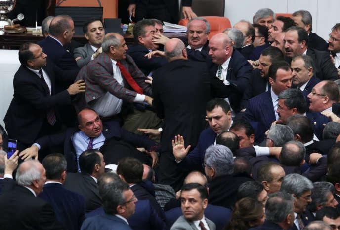 Des députés turcs en sont venus aux mains, le 12 janvier, à Ankara, lors d'un débat sur le projet de réforme constitutionnelle.