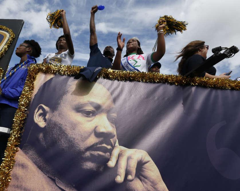 En Floride, sa mémoire est célébrée en parade. Le char de l'université internationale de Floride a défilé dans le quartier de Liberty City à Miami (Floride), lundi.