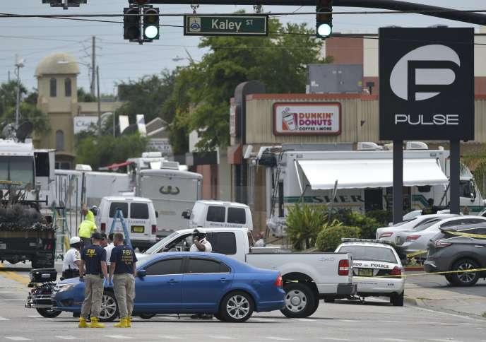 La police devant la boîte de nuit le Pulse dans laquelle Omar Mateen a tué49 personnes, le 12 juin 2016, à Orlando (Floride).
