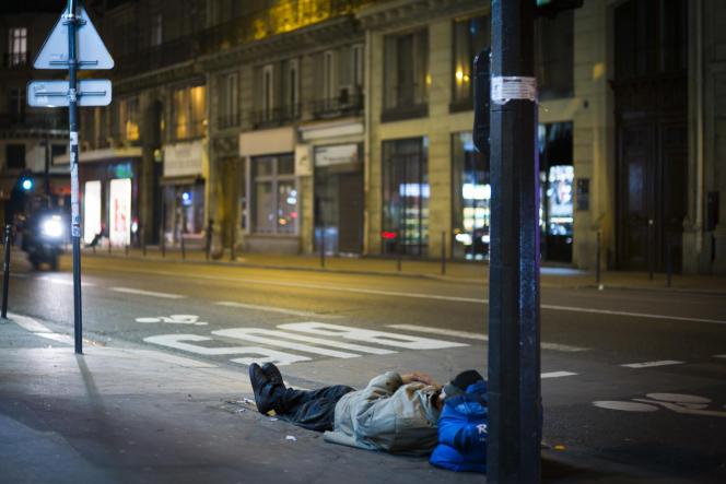 Un sans-abri dort dans la rue, à Paris, le 16janvier.