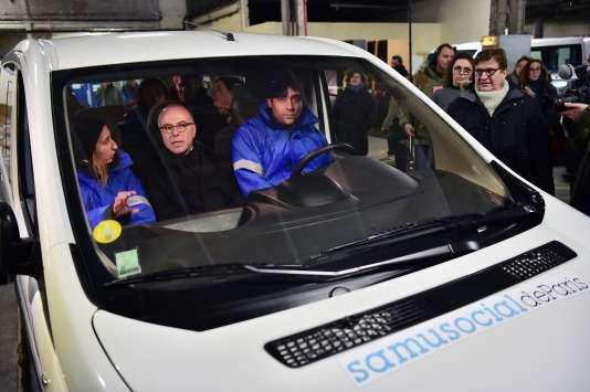 Bernard Cazeneuve a plaidé pour une augmentation des possibilités d'hébergement d'urgence, lors d'une visite au SAMU social à Ivry-sur-Seine, le 17janvier au soir.