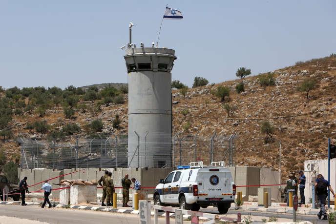 Des forces de sécurité israéliennes sur la scène d'une précédente attaque au couteau, au point de contrôle près de Tulkarem (Cisjordanie), le 2 juin 2016.
